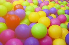 Wiele kolorowe plastikowe piłki w kids& x27; ballpit przy boiskiem obraz royalty free