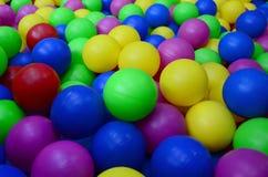 Wiele kolorowe plastikowe piłki w kids& x27; ballpit przy boiskiem zdjęcia royalty free