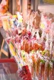 Wiele kolorowi cukierków lizaki na szelfowej pobliskiej witrynie sklepowej obrazy stock