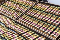 Wiele kolorowi cukierki eksponujący na stole Obraz Stock