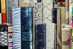 Wiele kolorowi dywany w sklepie Dywanowe rolki Robią zakupy Colourful tkaniny dekorację Fotografia Stock
