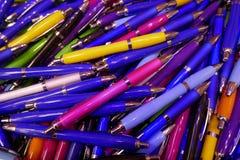 Wiele kolorowi, glansowani ballpoint pióra, Zdjęcie Stock