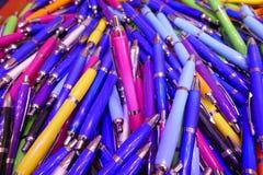 Wiele kolorowi, glansowani ballpoint pióra, Fotografia Royalty Free