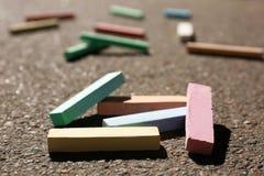 Wiele kolorowi kreda kije na asfalcie zdjęcie stock