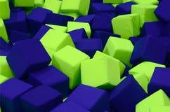 Wiele kolorowi miękka część bloki w kids&-x27; ballpit przy boiskiem fotografia royalty free