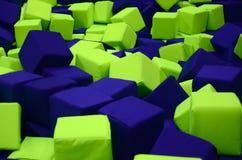 Wiele kolorowi miękka część bloki w kids&-x27; ballpit przy boiskiem zdjęcie stock
