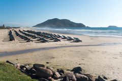 Wiele krzesła Na plaży Praia robi Santinho, Florianà ³ polisa, Brazylia obraz royalty free