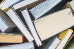 Wiele książki na stole obraz stock
