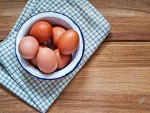 Wiele kurczaków jajka kłamają w emaliowym pucharze zdjęcie royalty free