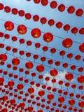 Wiele linie Chińscy Czerwoni lampiony wiesza przeciw jasnemu niebieskiemu niebu Obraz Stock