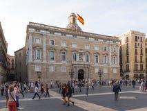 Wiele ludzie chodzą w St James ` s kwadracie w Barcelona Obrazy Stock