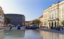 Wiele ludzie cieszą się pogodnego popołudnie przy Museumsquartier w Wiedeń, Austria - Obraz Royalty Free