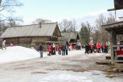Wiele ludzie między starymi domami Zdjęcie Royalty Free
