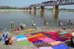 Wiele ludzie myć odziewają na rzece Zdjęcie Stock