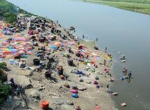 Wiele ludzie myć odziewają na rzece w Agra, India Obrazy Stock