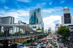 Wiele ludzie na Bangkok linii horyzontu, Rajdamri droga, Pratunam Zdjęcia Royalty Free