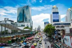 Wiele ludzie na Bangkok linii horyzontu, Rajdamri droga, Pratunam Fotografia Royalty Free