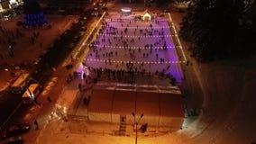 Wiele ludzie na na wolnym powietrzu lodowego lodowiska łyżwiarstwie, wieczór, ładni światła, zwolnione tempo zbiory