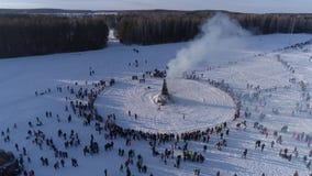 Wiele ludzie oglądają palenie atrapa podczas świętowania Rosyjski tradycyjny wakacyjny Maslenitsa przy zima wieczór zbiory wideo