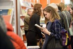 Wiele ludzie wybierają książki przy salowym książka rynkiem Zdjęcia Royalty Free