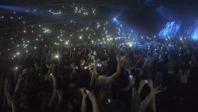 Wiele młodzi ludzie filmuje koncert na smartphones Nałóg gadżety, problem zbiory
