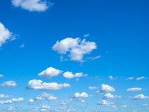 Wiele małe bufiaste chmury w niebieskim niebie w słonecznym dniu obraz stock