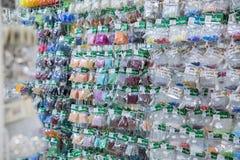 Wiele małe torby z barwiącymi koralikami obrazy stock
