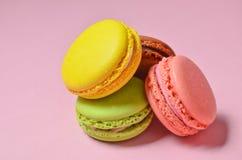 Wiele macaroons na różowym pastelowym tle minimalista obraz stock