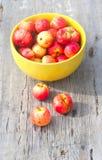 Wiele mali czerwoni jabłka fotografia royalty free