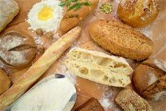 Wiele mieszani chleby na stole, strzał od above zdjęcie royalty free