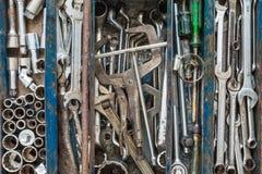 Wiele narzędzia w nieociosanym przedziału toolbox Techniczny machanic Zdjęcia Stock