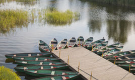 Wiele łodzie przy jeziorem Obrazy Royalty Free