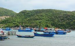 Wiele łodzie rybackie przy Vinh Hy molem w Khanh Hoa, Wietnam Obraz Royalty Free