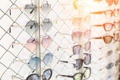 Wiele okulary przeciwsłoneczni wiosłują przy okulistycznym sklepem detalicznym Bogaty asortymentu wybór różne eyewear ramy na eye zdjęcia stock