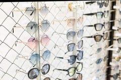 Wiele okulary przeciwsłoneczni wiosłują przy okulistycznym sklepem detalicznym Bogaty asortymentu wybór różne eyewear ramy na eye fotografia stock