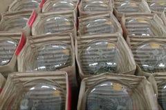 Wiele płonące żarówki w kartonie pojedynczo zawijającym, odgórny widok zdjęcia royalty free
