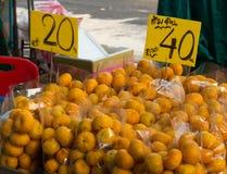 Wiele paczka pomarańcze na półce w ulicznym rynku Fotografia Royalty Free
