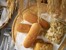 Wiele piec chleby umieszczający na stole obrazy royalty free