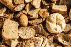Wiele plasterki czerstwy chleb i piec towary. obrazy royalty free