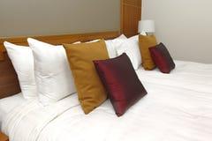 Wiele poduszki na białym łóżku Obraz Royalty Free