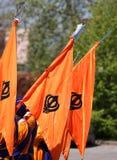 Wiele pomarańczowe sikhijczyk flaga z khanda symbolem fotografia stock