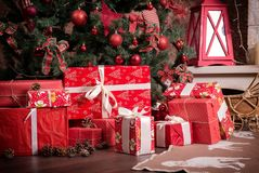 Wiele pudełka z Bożenarodzeniowymi prezentami pod choinką zdjęcia royalty free