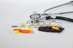 wiele różni leki, witaminy, antybiotyki i pastylki, kłamają na biel z narzędziami fotografia royalty free