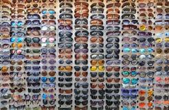 Wiele różni okulary przeciwsłoneczni są na witrynie sklepowej jako tło lub tło obraz stock