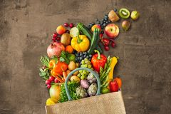Wiele różni warzywa spada z torby zdjęcie royalty free