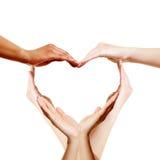 Wiele ręki tworzy miłości serce zdjęcie stock
