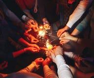 wiele ręki zapala sparklers fotografia royalty free