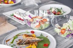 Wiele r??ni naczynia, ryba, sa?atki s?uzy? na restauracja stole Poj?cie bankiet, bufet, przyj?cie, pr?buje nowego menu obraz royalty free