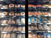 Wiele rodzaje zamarznięte garnele w fridge przygotowywającym dla bubla w Błękitnym po zdjęcia royalty free
