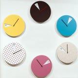 Wiele round ścienni zegary które zaznaczają upływ czasu Obrazy Stock
